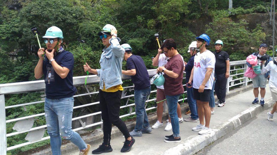 安貞煥和Rain戴上安全帽仍帥氣有型。圖/讀者提供