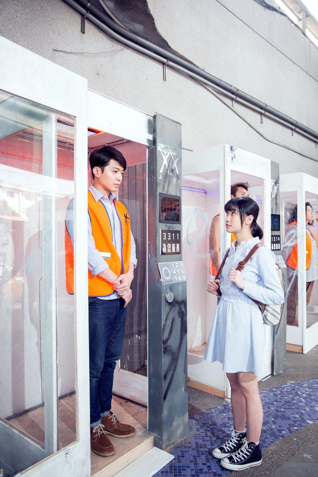 侯彥西(左)在「人力販賣機」中上演「廉價勞工」。圖/公視提供