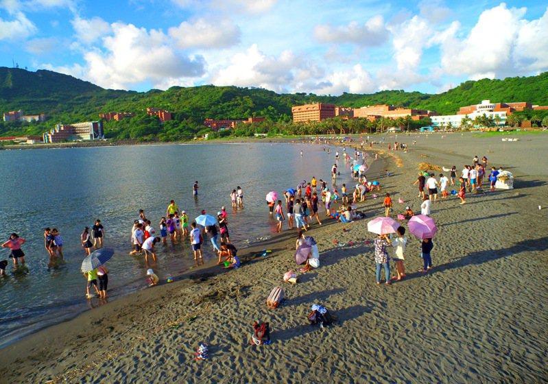 高市行銷旗津海岸的照片,看得出是黑色沙灘。圖/高雄市新聞局提供