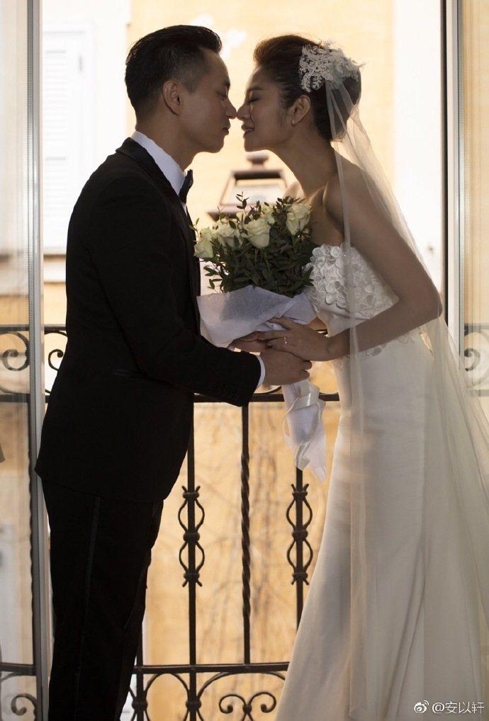 安以軒(右)3月宣布和陳榮煉結婚。圖/摘自微博
