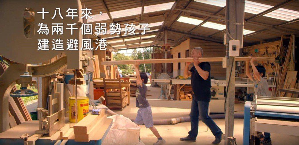 孩子的書屋創辦人陳俊朗,拍廣告盼小額捐款。