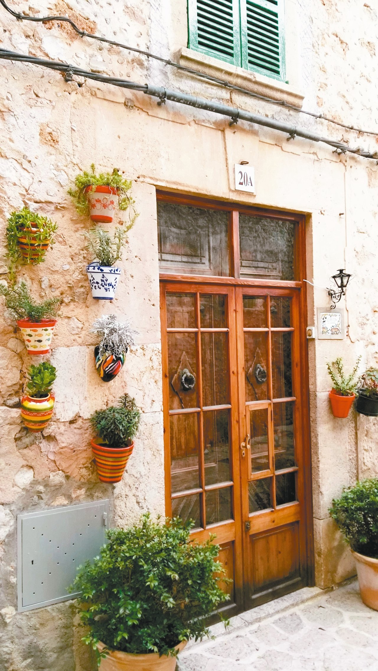 南歐人是天生的色彩家,幾盆小花小葉順手一擺即成了獨一無二的風景。 攝影/周育如