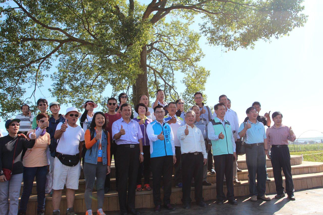 新社花海尚未開放,已有新加坡遊客慕名而來,與一行勘察人員合照。 記者陳秋雲/攝影