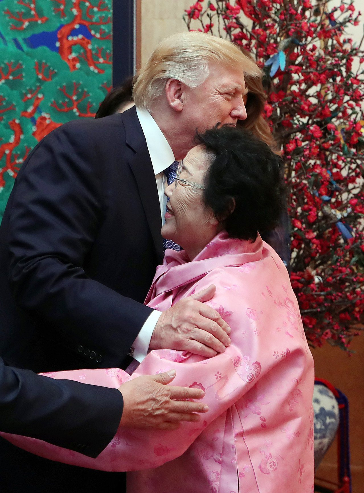 川普在南韓國宴擁抱高齡近九十的慰安婦阿嬤李容洙。 歐新社