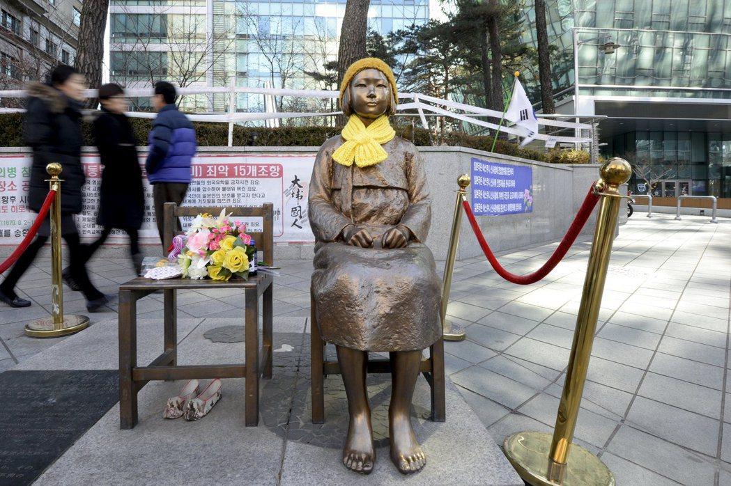 日本駐首爾大使館前的慰安婦銅像。 路透