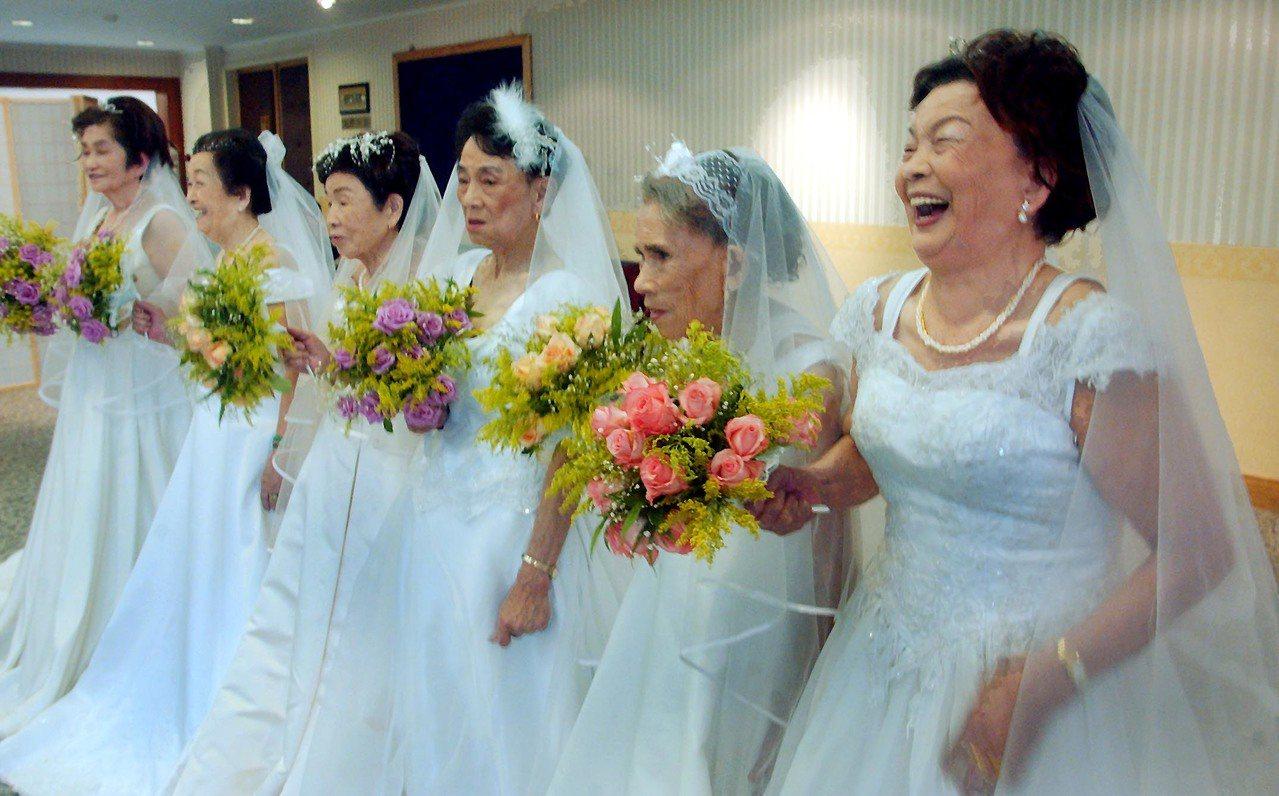 講述慰安婦阿嬤走出心理創傷的「蘆葦之歌」,收有阿嬤穿上婚紗的畫面,右起為吳秀妹、...