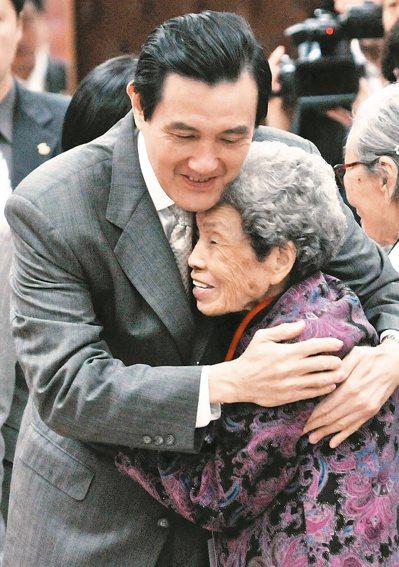 2012年12月馬英九出席「慰安婦問題亞洲團結會議」開幕式,與小桃阿嬤相互擁抱。...