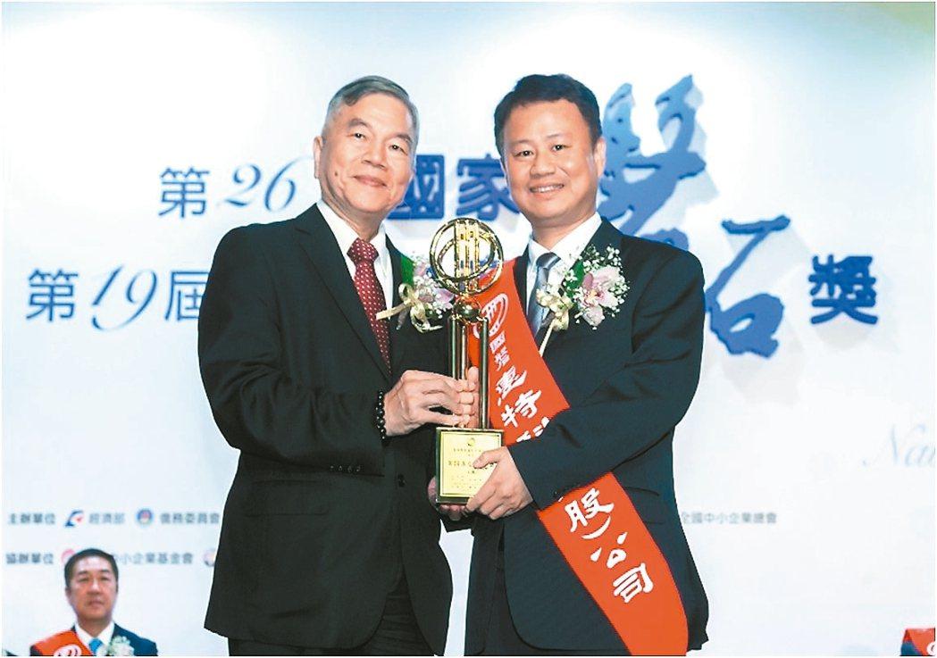 經濟部長沈榮津(左)頒發獎座給惠特科技董事長賴允晉。 惠特科技/提供