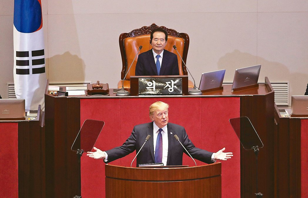 美國總統川普(下)在南韓國會發表演說,警告北韓勿低估、挑戰美國。 美聯社