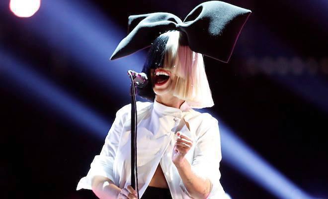澳洲不露臉天后希雅(Sia)因為狗仔隊企圖要販售她的裸照被惹怒。 圖/擷自Sia