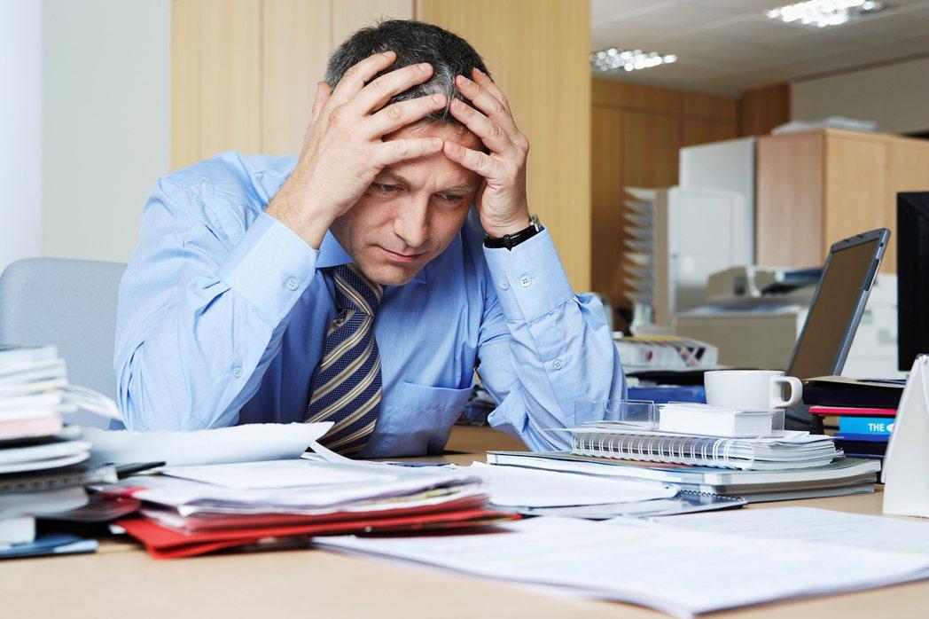 工作壓力大也會導致口腔潰瘍。 圖/Ingimage