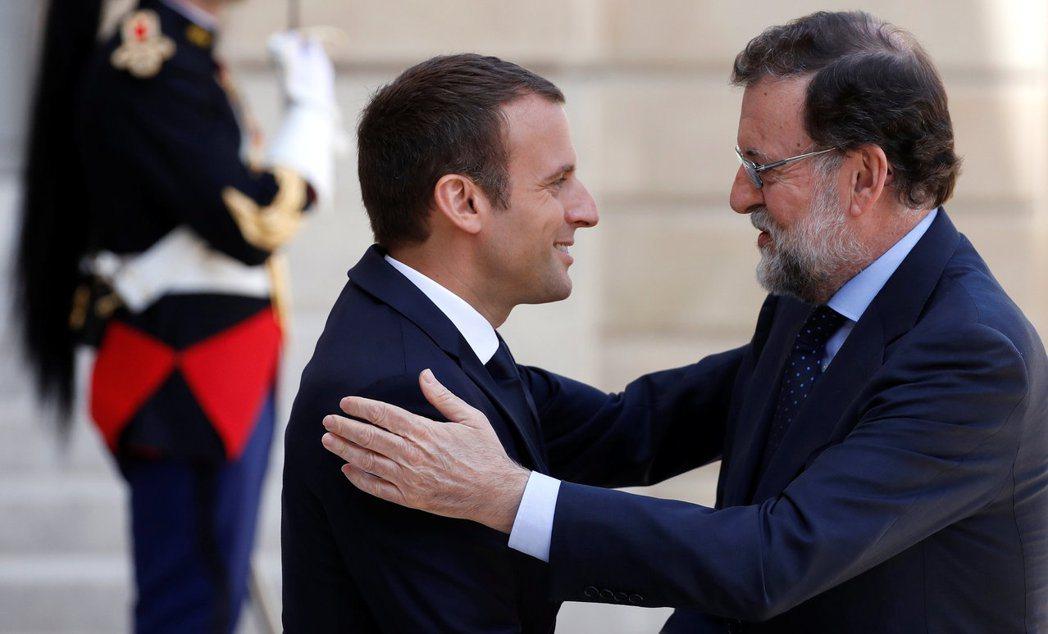 法國總統馬克宏(左)表明全力支持西班牙總理拉荷義(右),法國政府不可能承認加泰的...