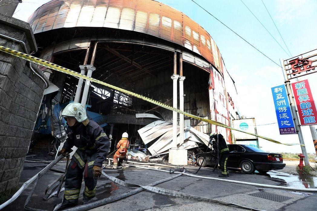 圖為桃園市新屋區「新屋保齡球館」發生大火,因火場發生閃燃,造成六名消防人員不幸殉職。 圖/聯合報系資料照