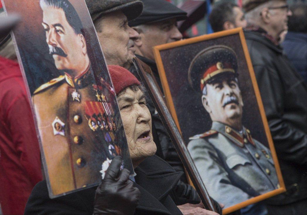 透過一再覆寫革命的過去,史達林粉飾政治迫害的痕跡、確立自身政權的合法性... 圖...