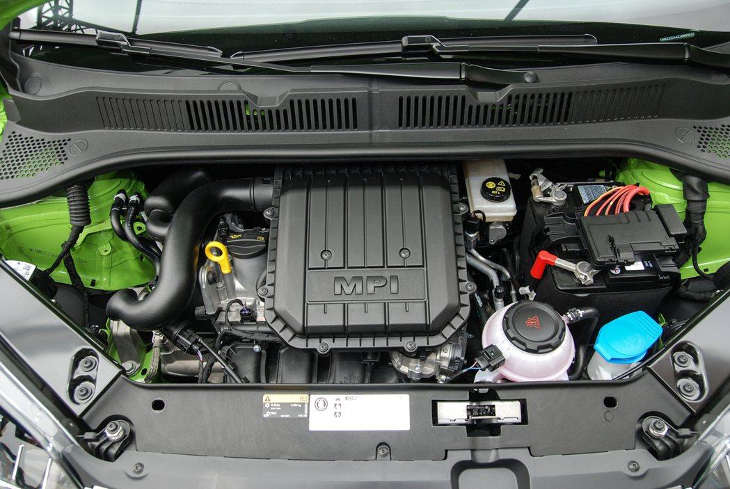 Škoda Citigo 搭載 1.0 MPI 三缸自然進氣引擎,結合五速單離合自手排變速箱,馬力數據為 75 匹/ 9.7 公斤米,平均油耗為20.1km/L,極速可達 174km/hr。 記者林鼎智/攝影