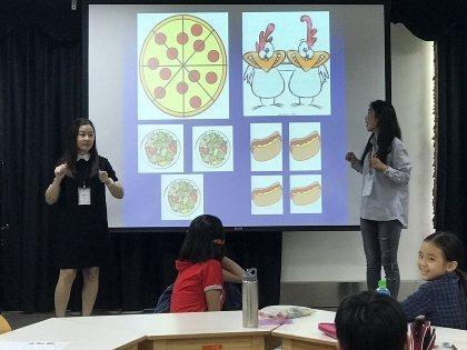 大葉大學英語學系碩士班的蒙古籍學生安雅(右)蘇莉(左)用圖片教英文單字。 大葉大...