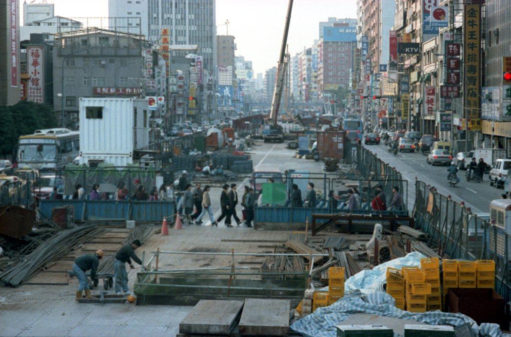 1994年的北捷新店線台電大樓站前的工程,由於地質關係,引進新奧工法施工,在一般...