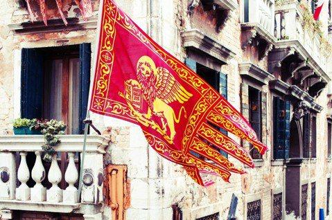 北方義大利地區要求更多自治權的訴求,獲得相當多數的支持。圖為聖馬可翼獅旗(the...