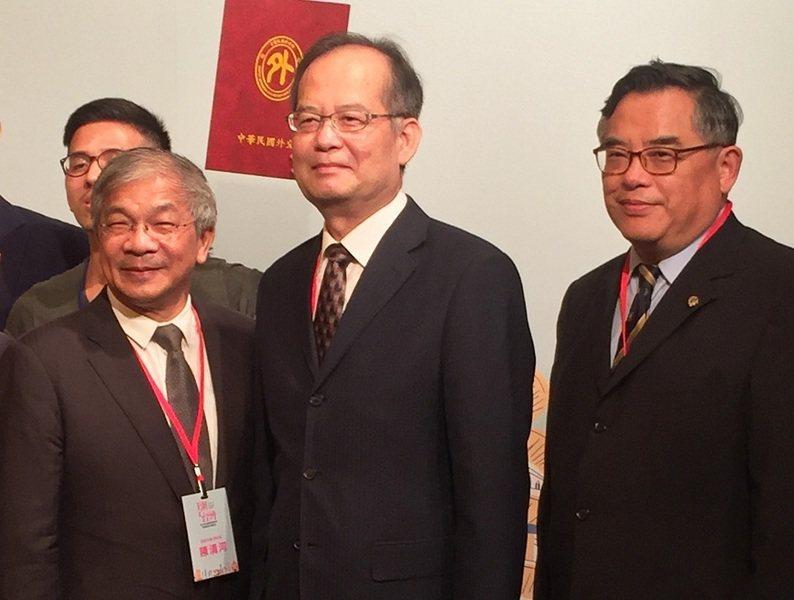 世新大學副校長陳清河(左起)、外交部政務次長章文樑、外交部國際傳播司長張國葆等人