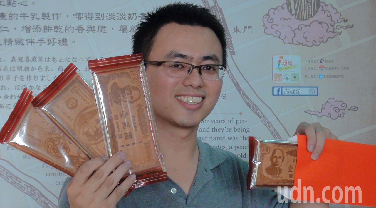 鈔票煎餅討喜逗趣,有美金、人民幣、台幣等,年節送禮受青睞。記者王慧瑛/攝影