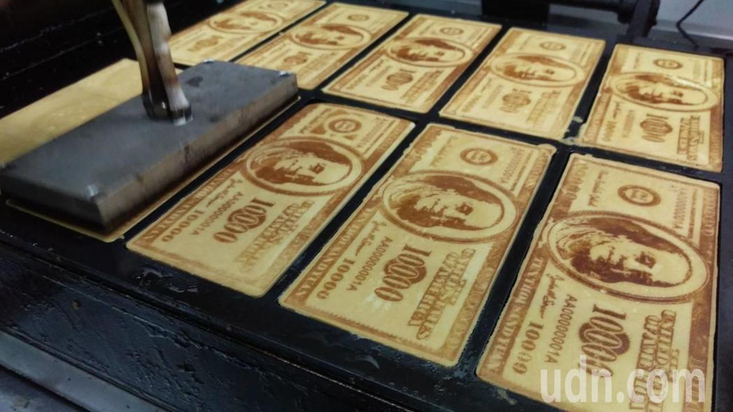 鈔票煎餅烙印製作過程中,若溫度控制不佳,可能導致圖樣焦黑或不明顯,每個環節都是學...