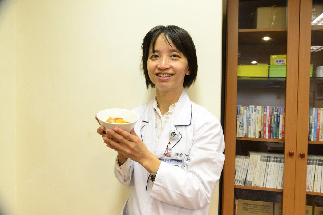 凃宜辰建議癌症癒後可多吃五色蔬果,增加纖維質攝取。記者謝恩得/攝影
