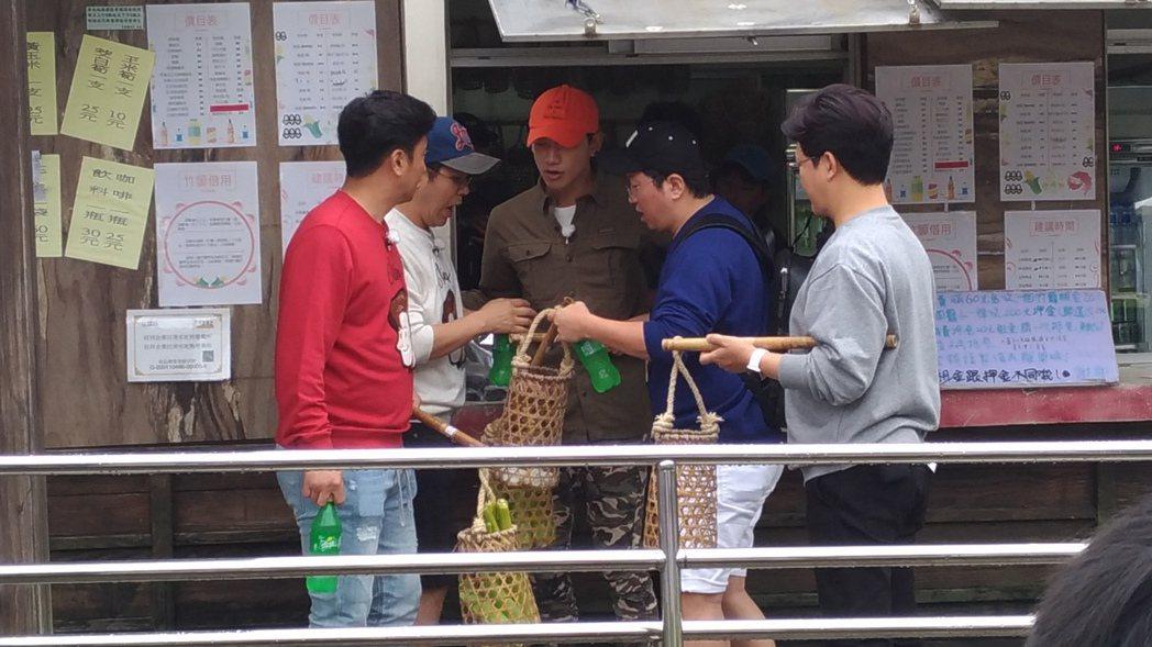 安貞煥(左起)、金勇萬、Rain、鄭亨敦、金成柱討論溫泉食材。圖/讀者提供