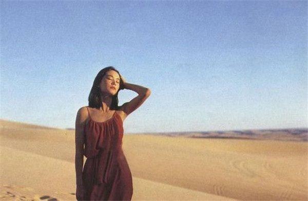 林青霞前往沙漠拍外景,首度在戲服內未穿胸罩,劉露獨特美感。圖/摘自sohu