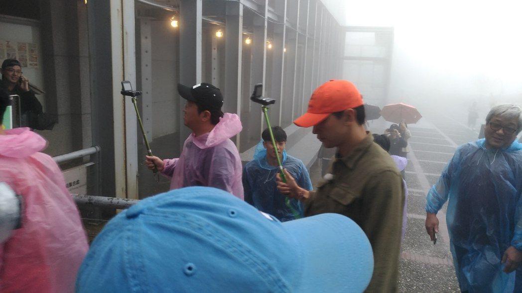Rain拿著自拍棒穿梭黃金博物館。圖/讀者提供