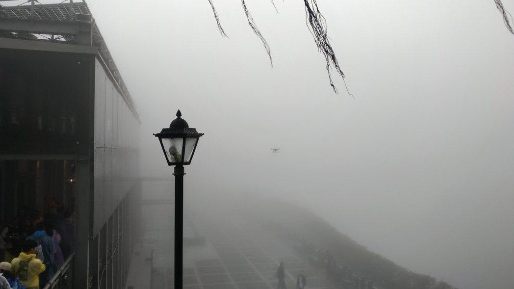 雲霧中的空拍機嗡嗡作響。圖/讀者提供