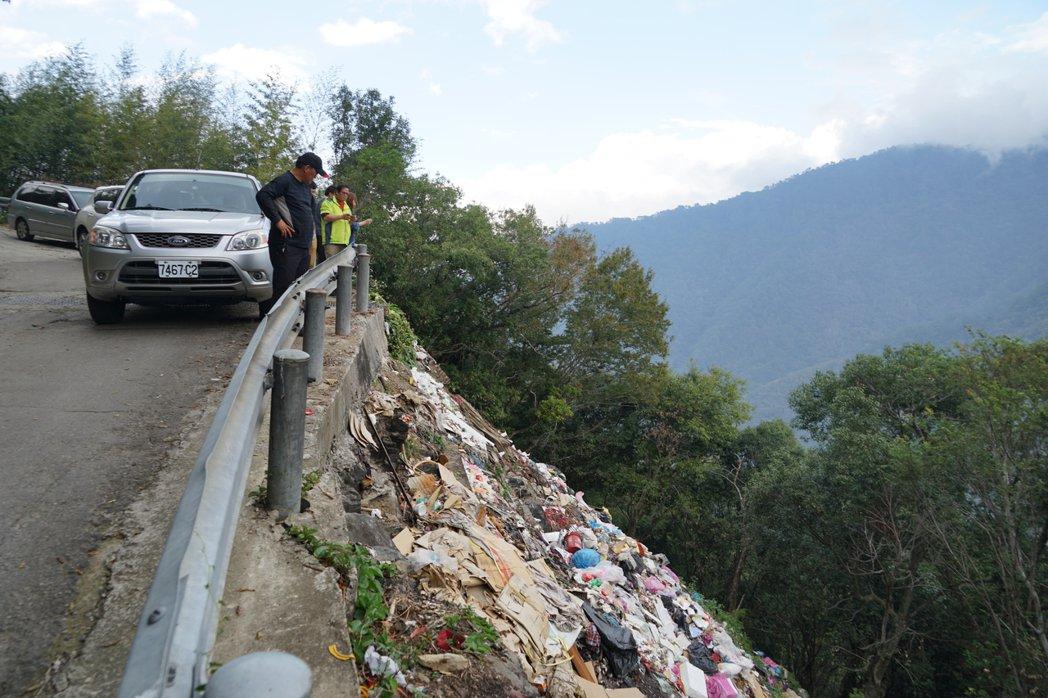 司馬庫斯聯絡道路邊坡下被丟棄垃圾,已累積成一座垃圾瀑布。記者陳妍霖/攝影