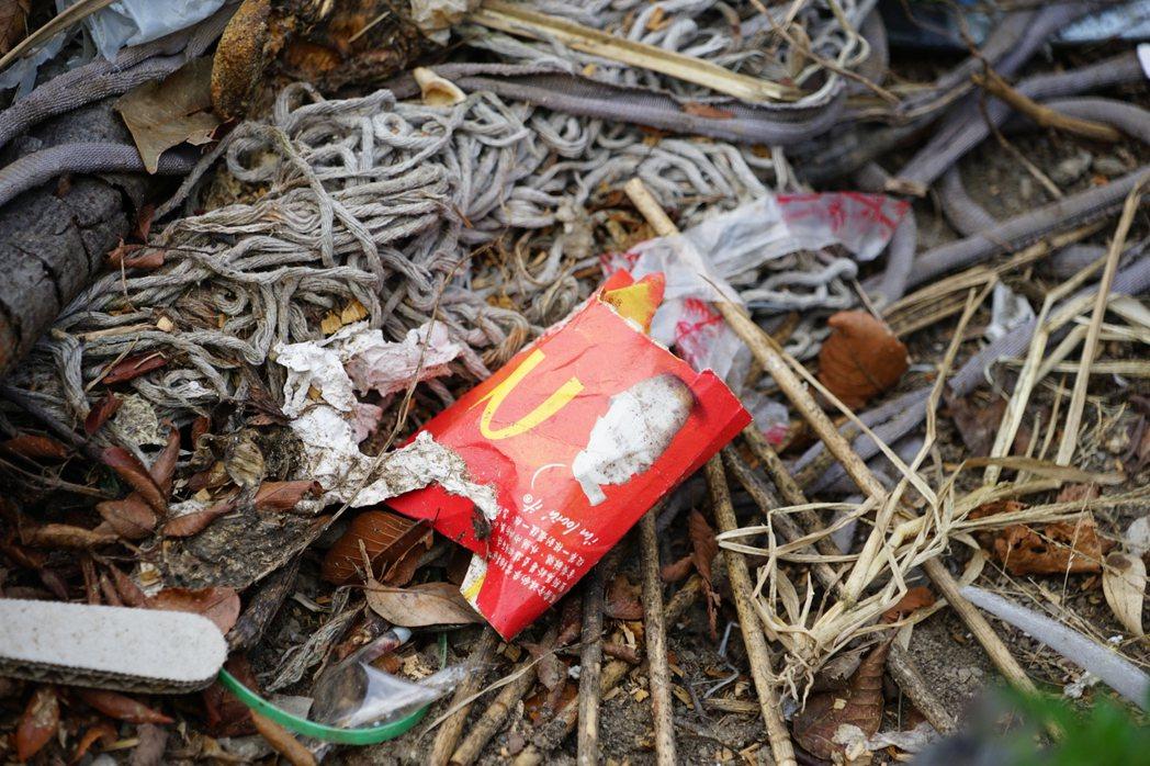 垃圾瀑布堆中還有麥當勞垃圾,當地人說,出現這個代表是遊客帶來的。記者陳妍霖/攝影