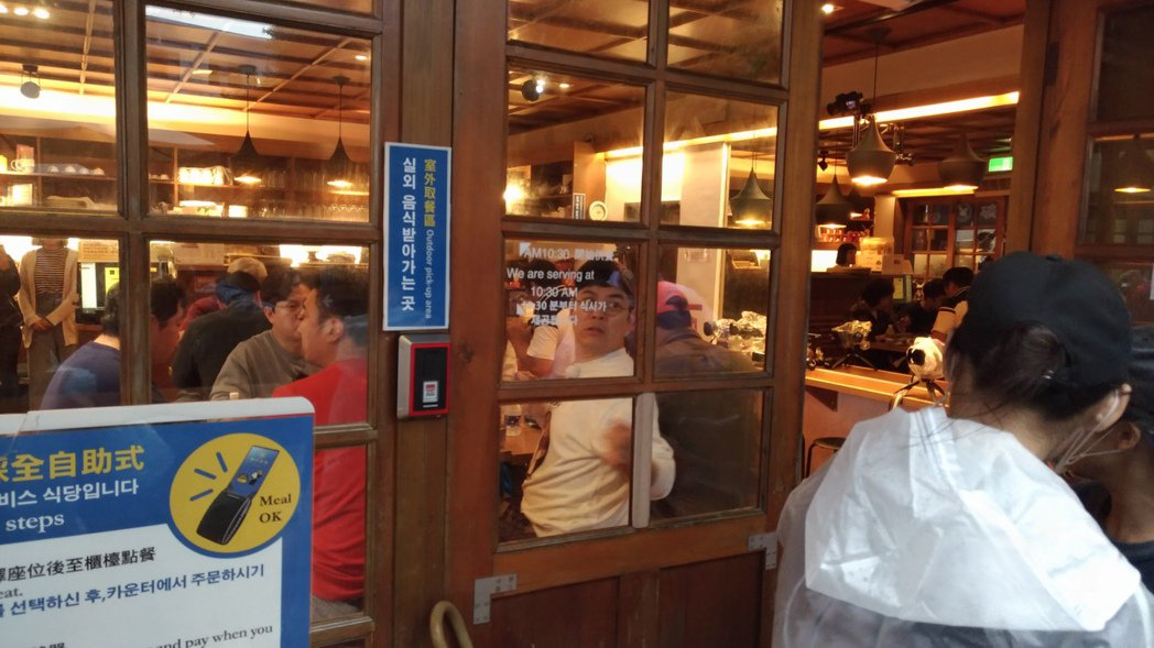 金勇萬往餐廳外呼喚工作人員。圖/讀者提供
