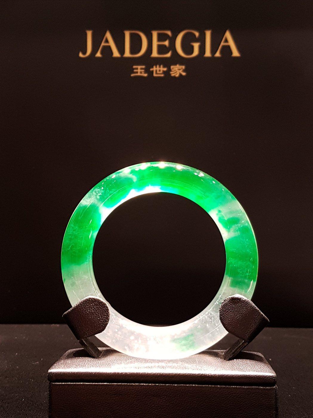 JADEGIA 玉世家 101 形象店開幕,天心性感展示珠寶。記者陳立凱/攝影