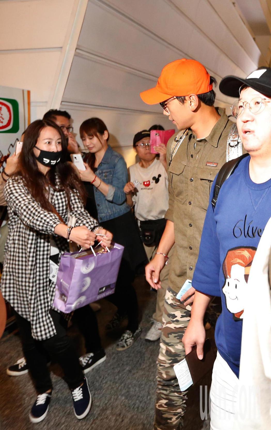 韓星Rain等人傍晚前往桃園機場搭機返回韓國,幸運的粉絲親手送上禮物給Rain。...