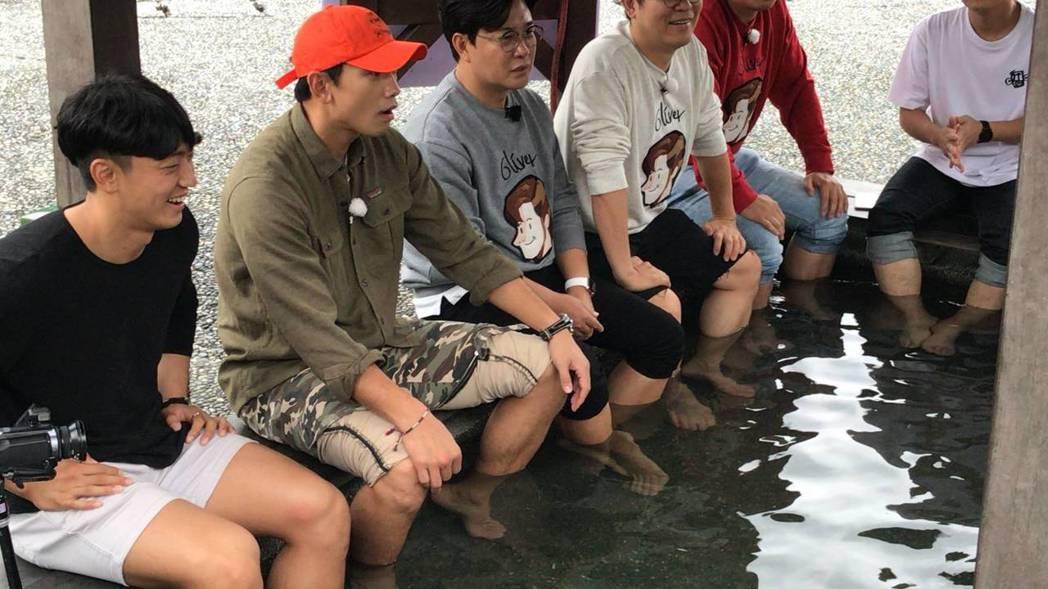 韓星Rain入境隨俗,來到宜蘭體驗地熱煮玉米,還豪氣地撩起褲管泡腳。圖/讀者提供