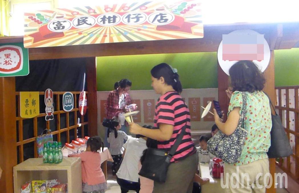 今天啟用的高雄市富民育兒資源中心裡,設計了傳統統「柑仔店」讓阿公阿嬤帶孫子女回味...