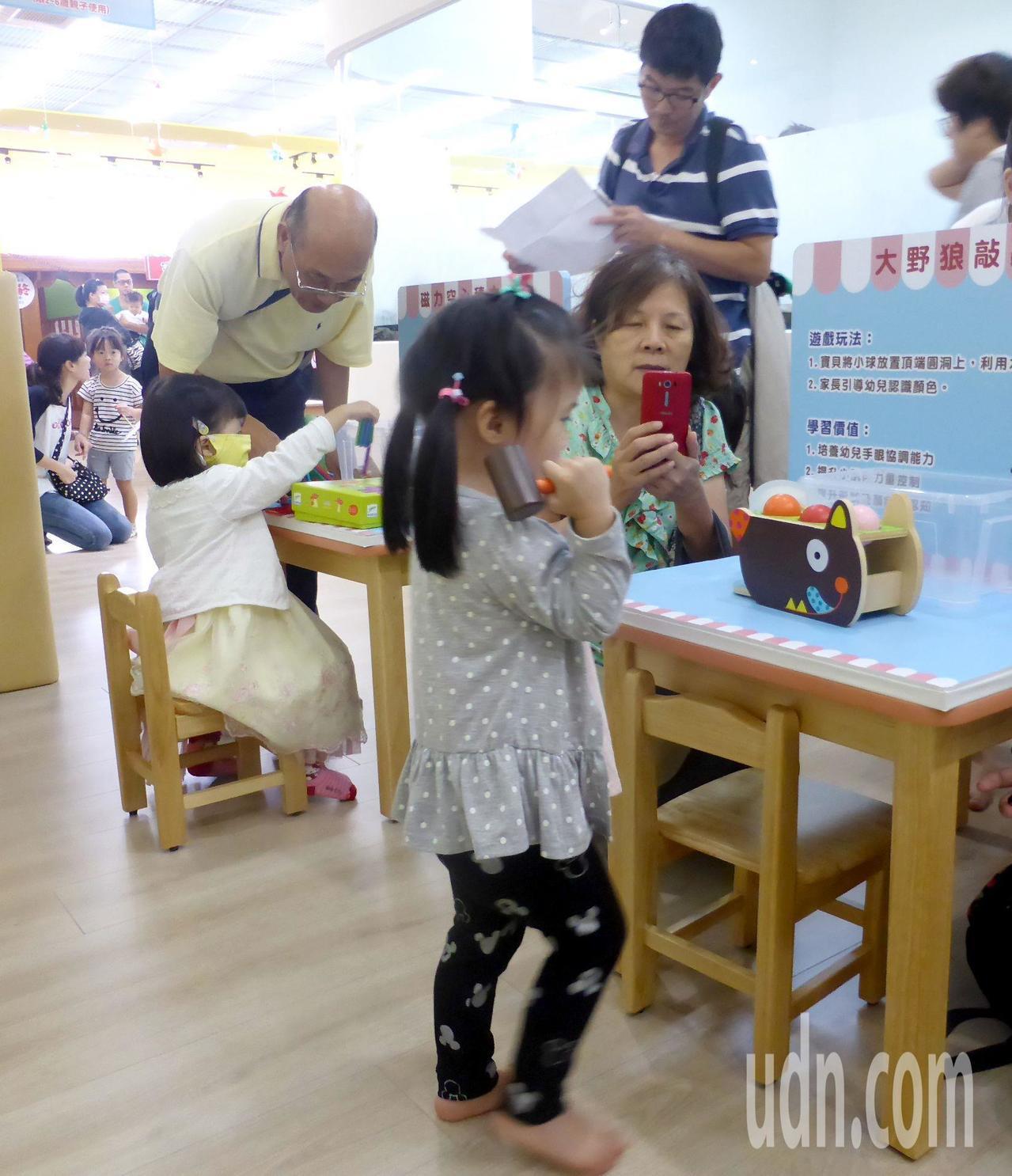高雄市富民育兒資源中心許多「老」玩具,可供阿公阿嬤和孫子女一起玩。記者楊濡嘉/攝...