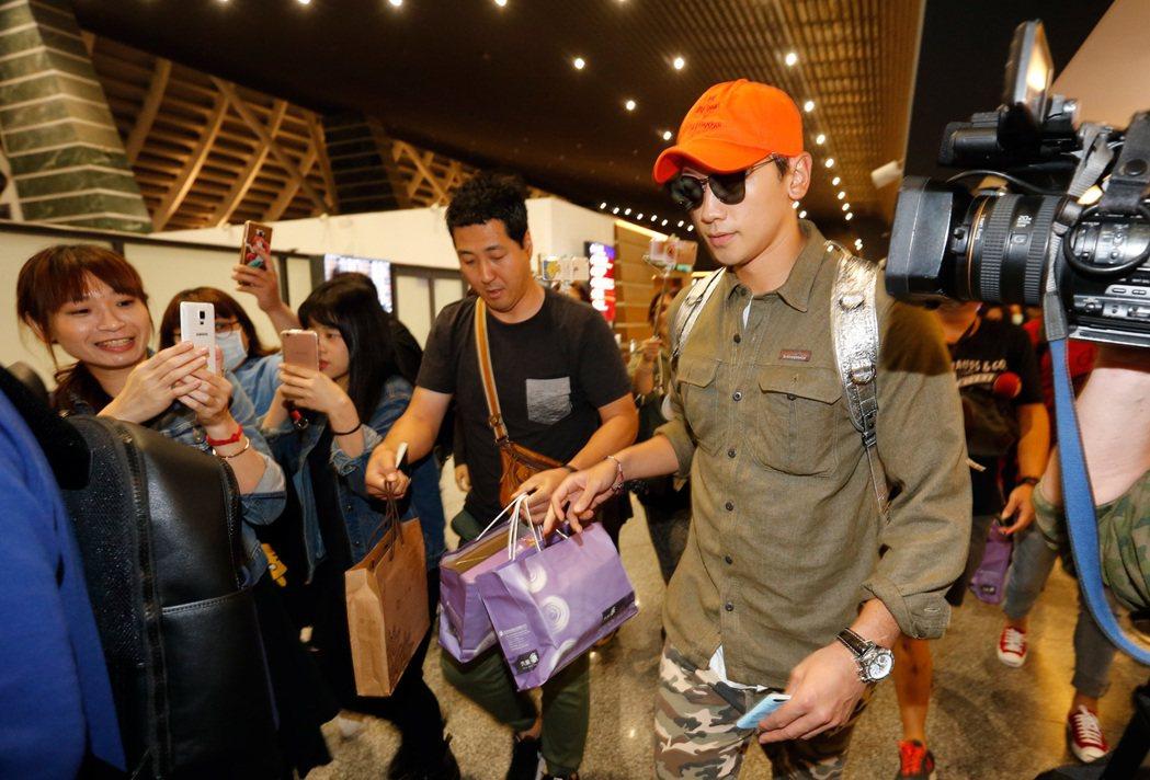 Rain一行人結束節目拍攝,8日傍晚搭機返回韓國。記者鄭超文/攝影
