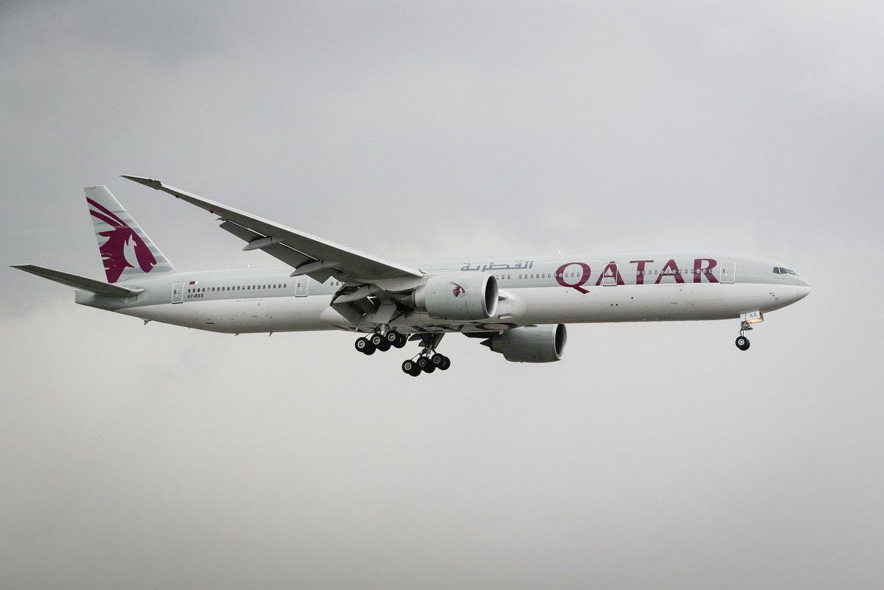 伊朗有一位婦女在卡達航空飛往的峇里島班機上,滑丈夫手機時發現先生外遇,一怒對他先...