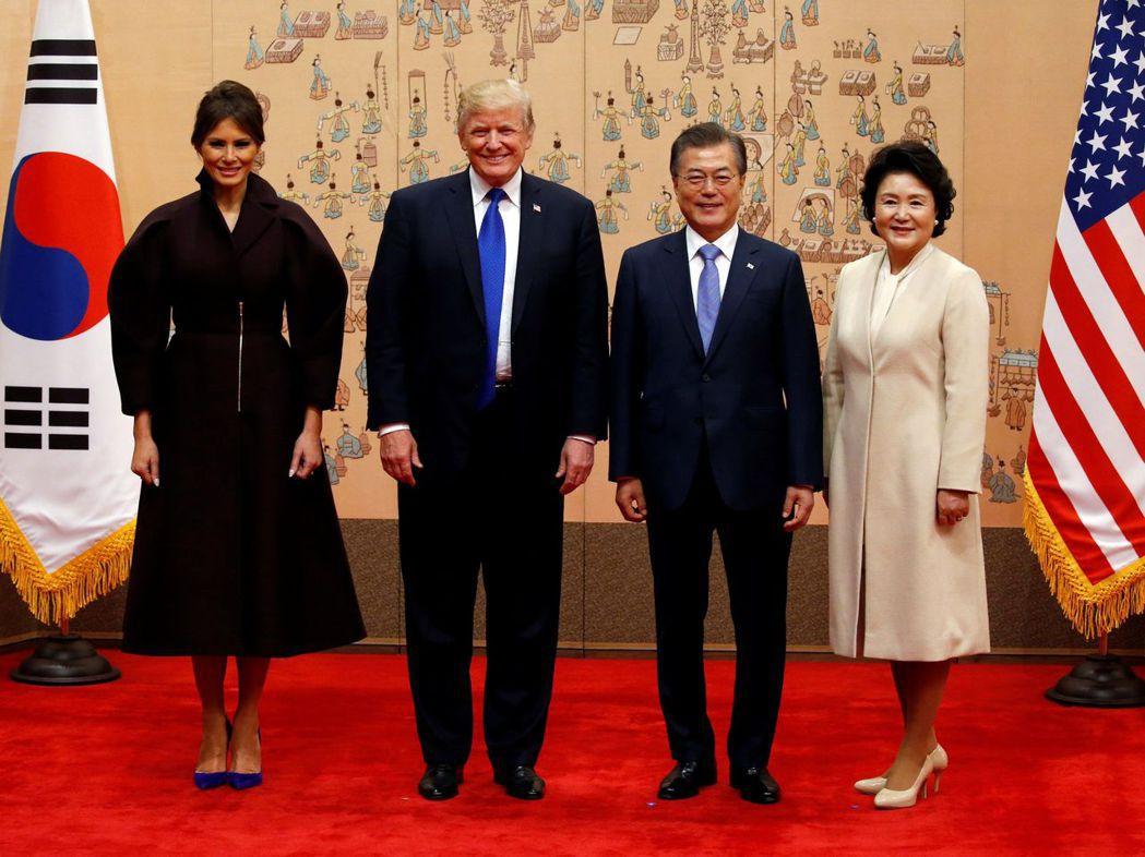 美國總統川普與第一夫人梅蘭妮亞(左一)7日與南韓總統文在寅夫婦合照。(路透)