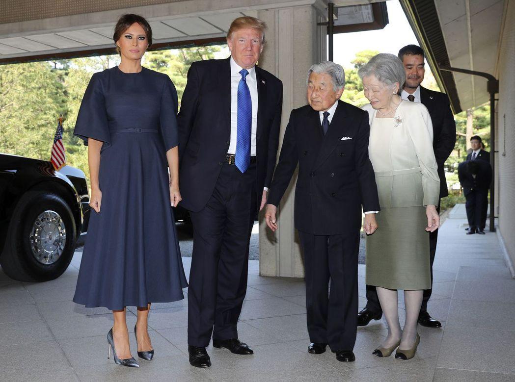 美國總統川普和夫人梅蘭妮亞6日造訪日本皇居,會見日皇夫婦。(美聯社)