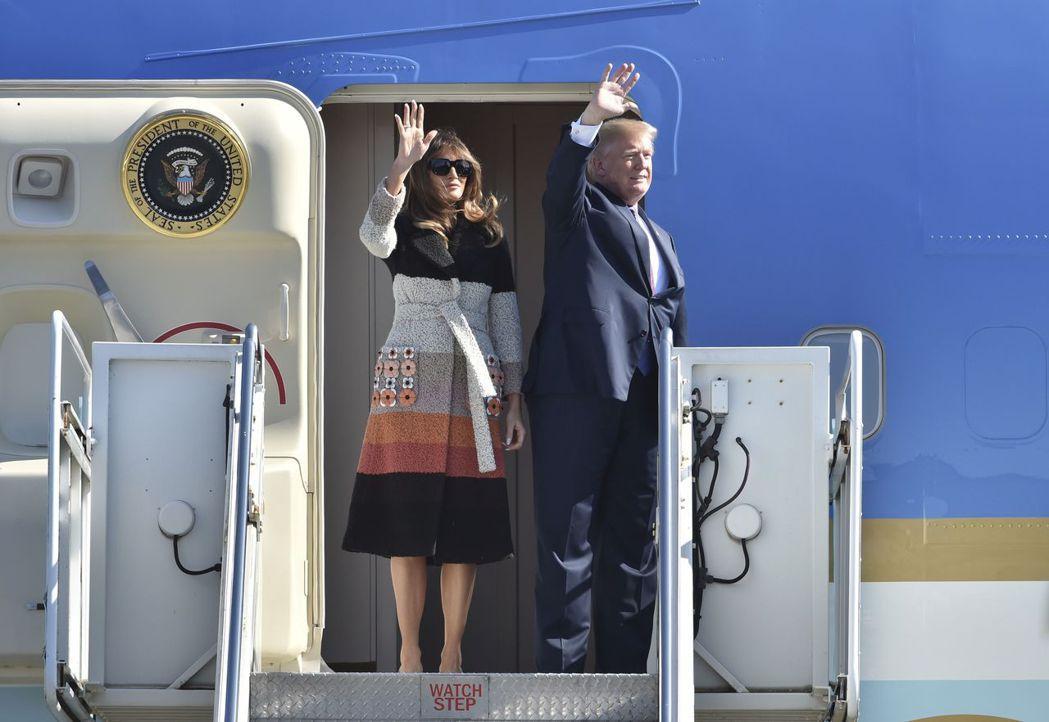 美國總統川普與夫人梅蘭妮亞5日抵達東京,梅蘭妮亞百變穿衣風格成為嬌點。(美聯社)