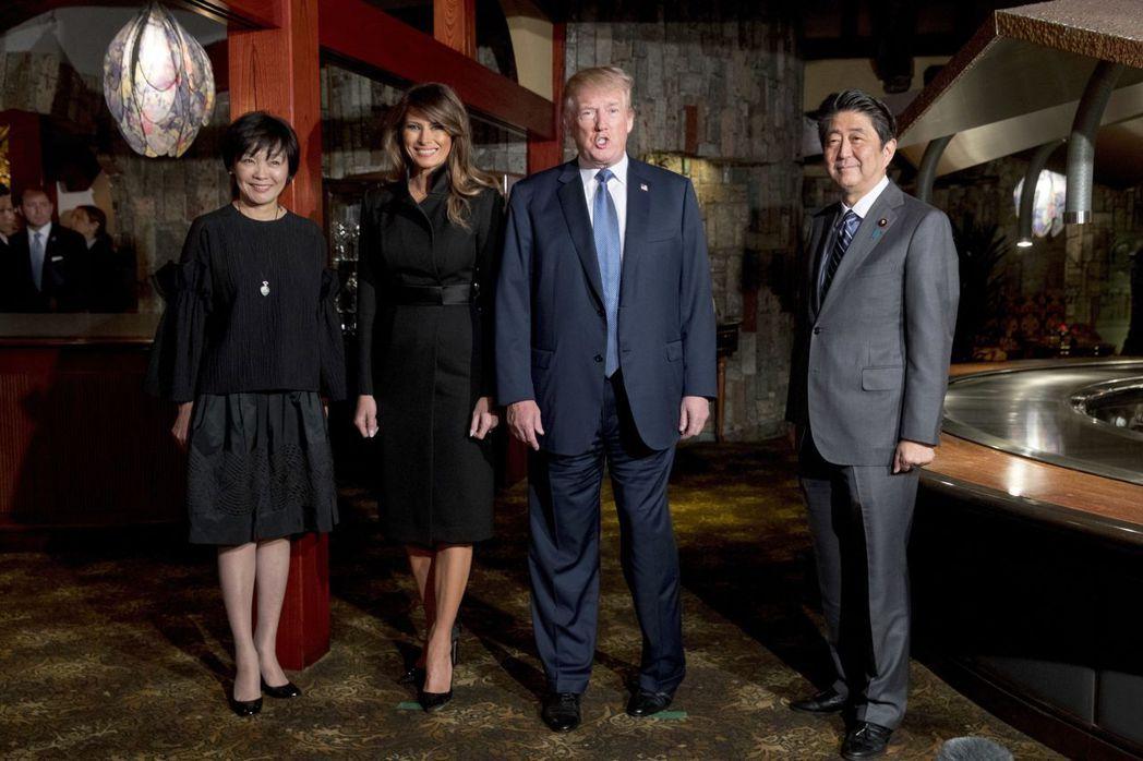 日本首相安倍晉三(右一)偕夫人安倍昭惠(左一)5日在東京銀座的鐵板燒餐廳招待美國...