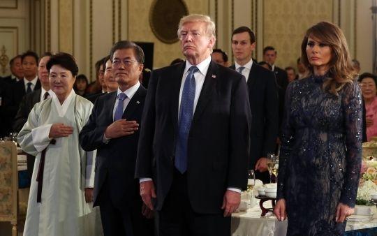 南韓總統文在寅夫婦(左)7日在青瓦台設宴招待美國總統川普與第一夫人梅蘭妮亞。圖/...