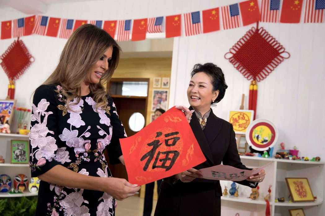 中國大陸國家主席夫人彭麗媛9日陪同美國第一夫人梅蘭妮亞寫書法。(路透)