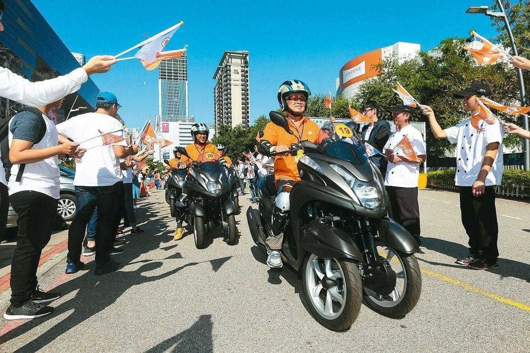 弘道老人福利基金會日前再度帶長輩挑戰摩托車環島。 本報資料照