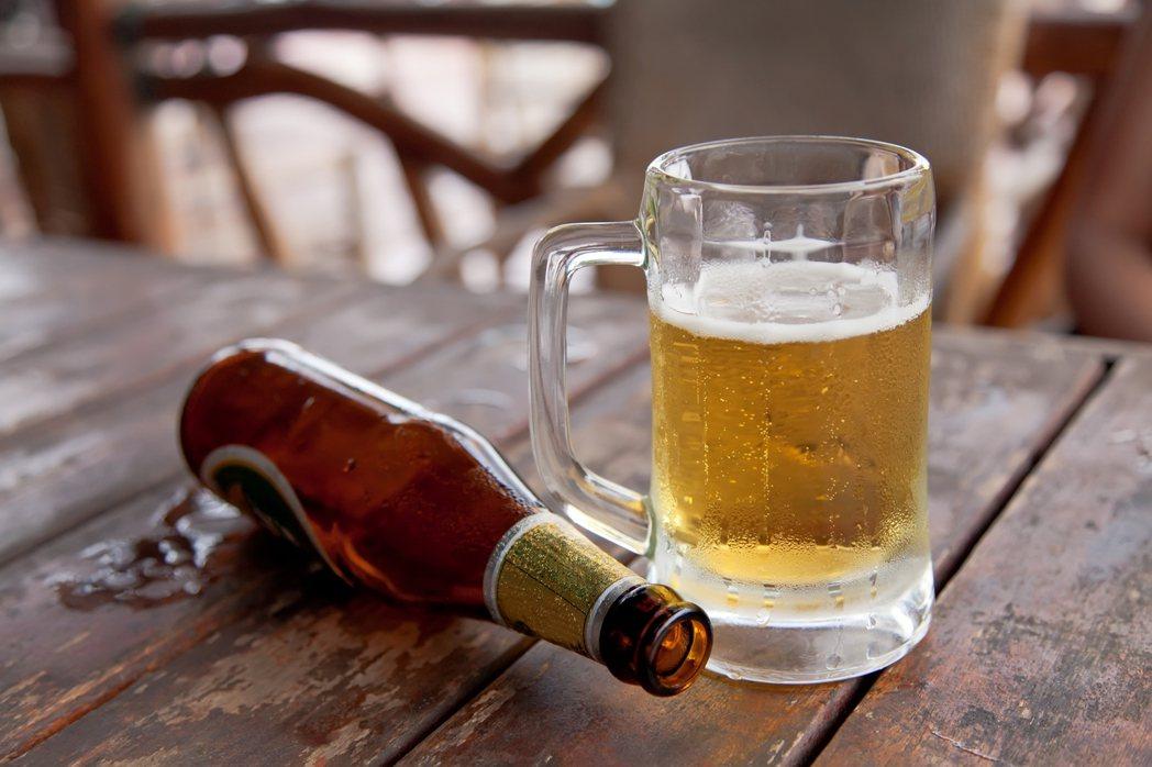 示意圖。奇美醫學中心泌尿外科醫師蘇家震今天表示,這是錯誤的觀念,喝啤酒確實利尿,...