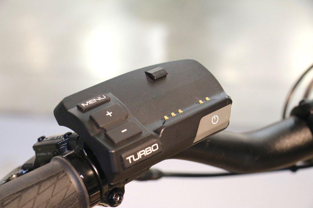 特殊的電動車鎖設計,可防盜也可連結手機。 記者史榮恩/攝影
