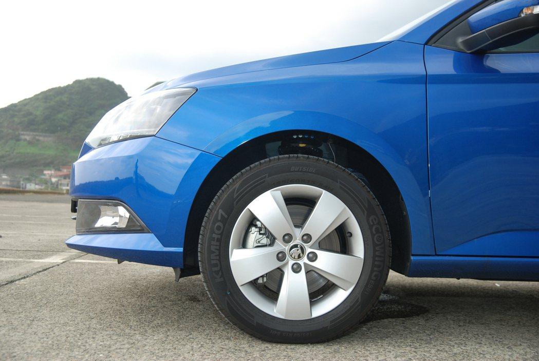 原廠 185/60 R15 的胎寬與 KUMHO 節能輪胎,對熱血車主可能稍嫌不足,建議可作為未來升級的建議項目。 記者林鼎智/攝影